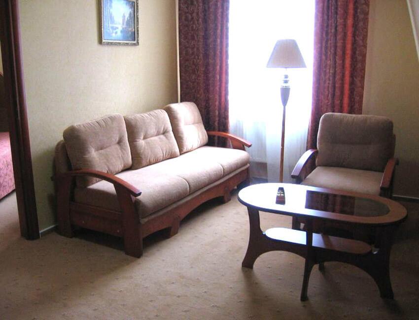 Три сына и дочка 4* Фото - Номер двухкомнатный Люкс - диван.