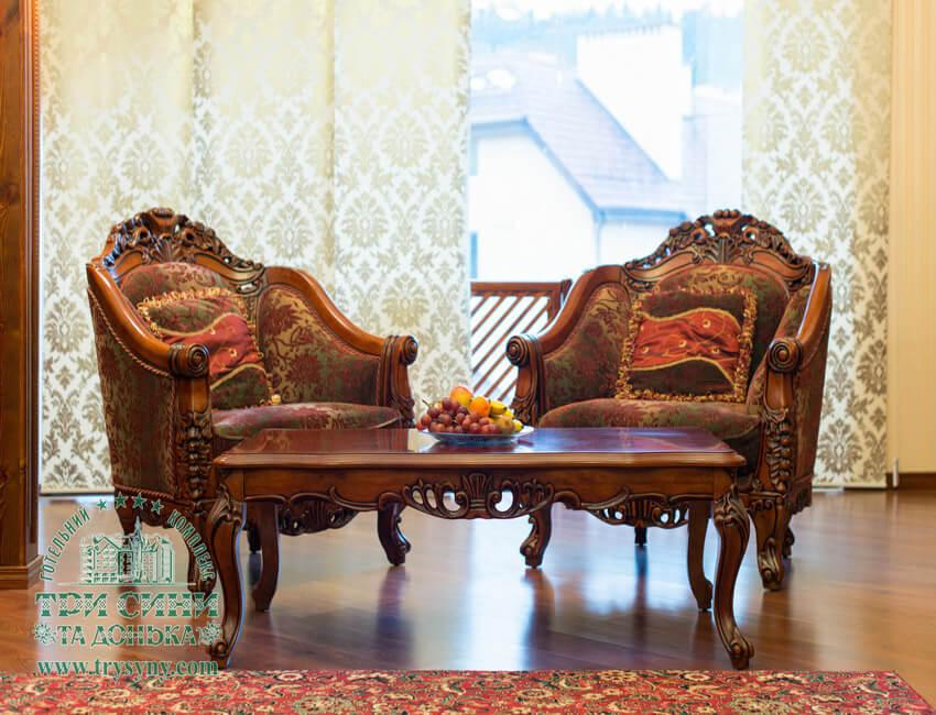 Три сына и дочка 4* Фото - Номер Люкс апартаменты - Стулья и стол.