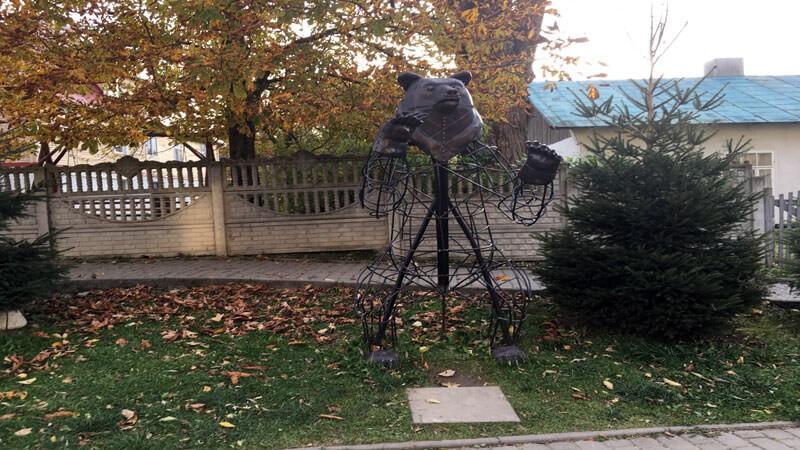 Скульптура медведя в Сходнице