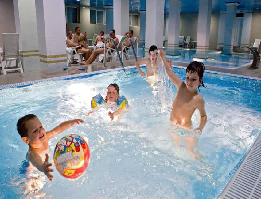 Три сына и дочка 4* Фото - Дети в бассейне