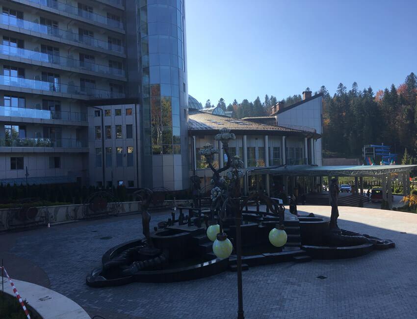 Отель Три Сына и Дочка 5* Фото - возле фонтана.