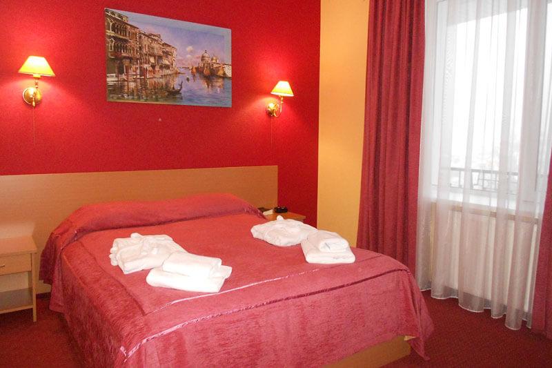 Санта Мария Сходница Фото - Номер люкс двухкомнатный - Кровать в спальне.