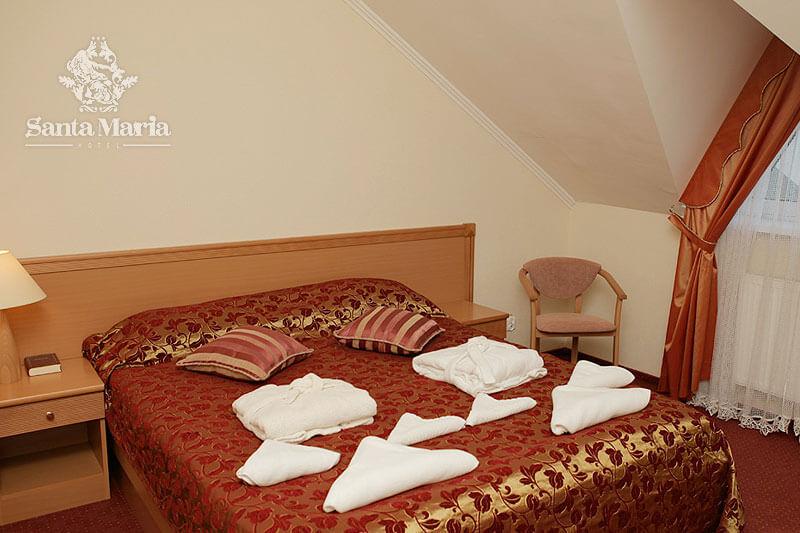 Санта Мария Сходница Фото - Номер люкс мансарда - двуспальная кровать.