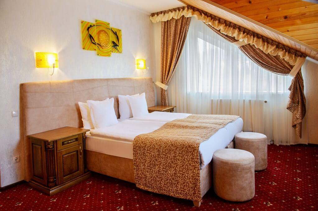 Отель Дианна Сходница Фото - Номер люкс классик - Кровать.