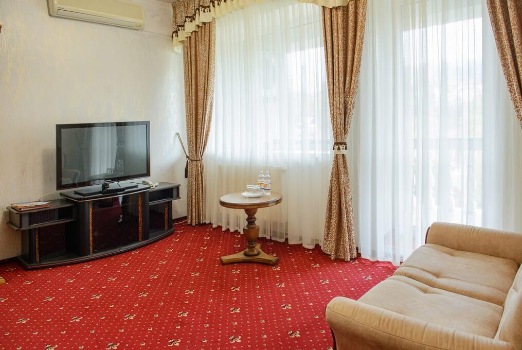 Отель Дианна Сходница Фото - Номер люкс классик - комплектация гостиной.