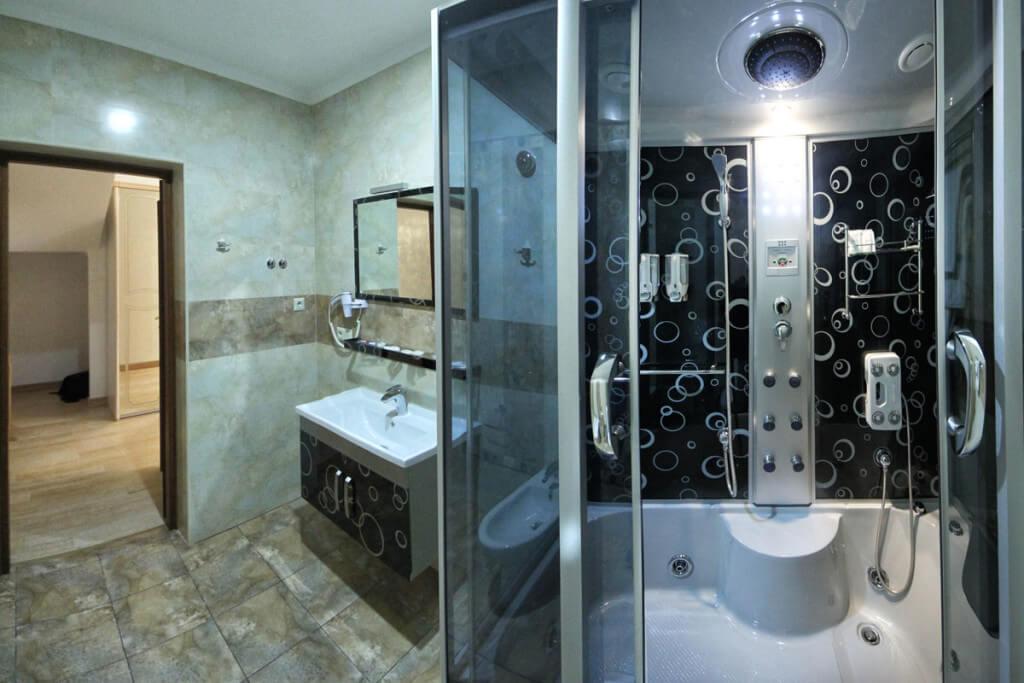 Отель Дианна Сходница Фото - Номер люкс двухуровневый - душевая кабина.
