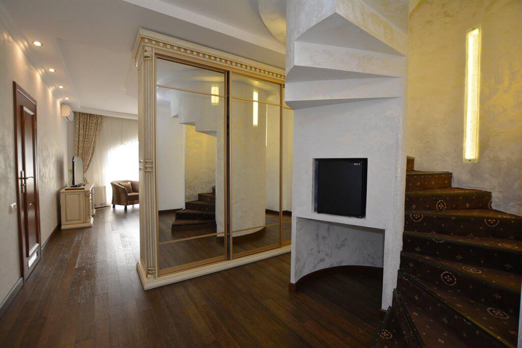 Отель Дианна Сходница Фото - Номер люкс двухуровневый - Шкаф-купе.