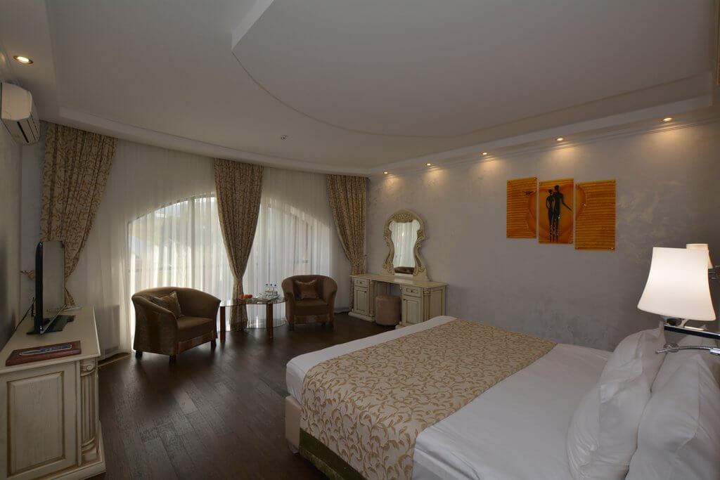 Отель Дианна Сходница Фото - Номер люкс двухуровневый - Кровать в спальне.