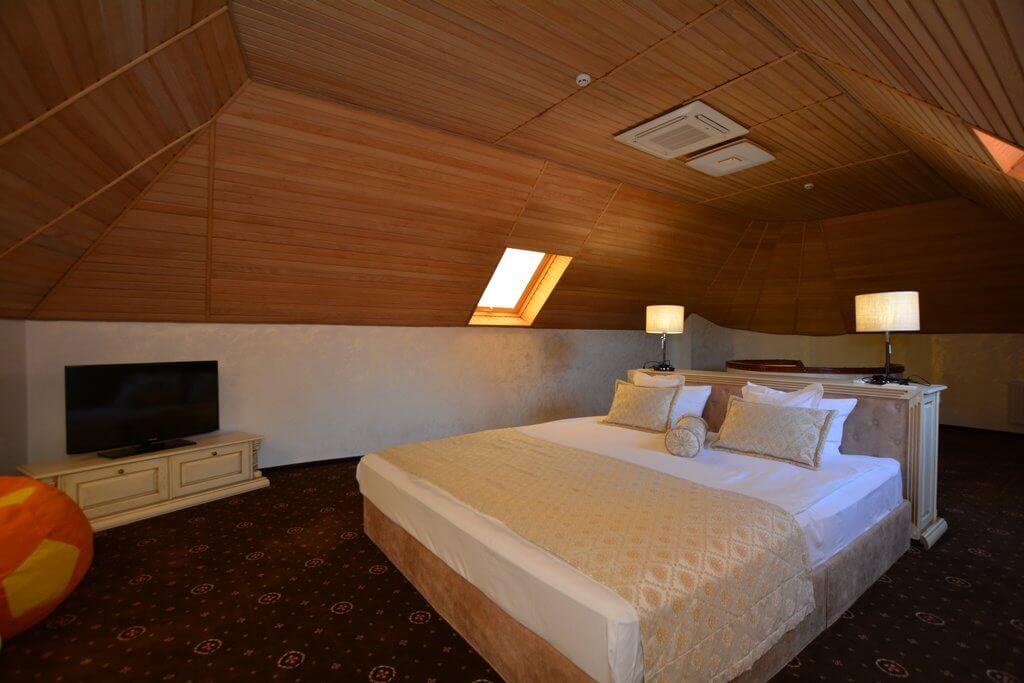 Отель Дианна Сходница Фото - Номер люкс двухуровневый - Двуспальная кровать.