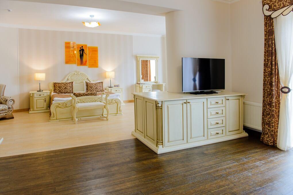 Отель Дианна Сходница Фото - Номер люкс супериор - Комплектация гостиной.