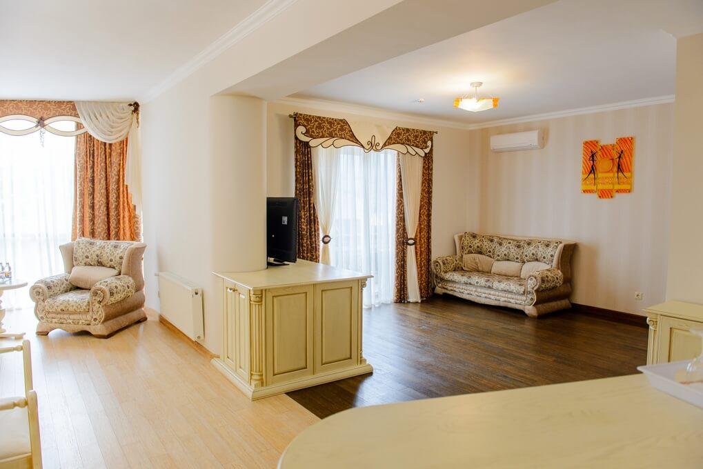 Отель Дианна Сходница Фото - Номер люкс супериор - диван в гостиной.