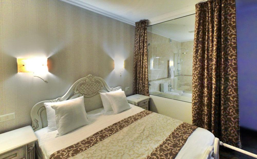 Отель Дианна Сходница Фото - Номер люкс трехкомнатный - Кровать.