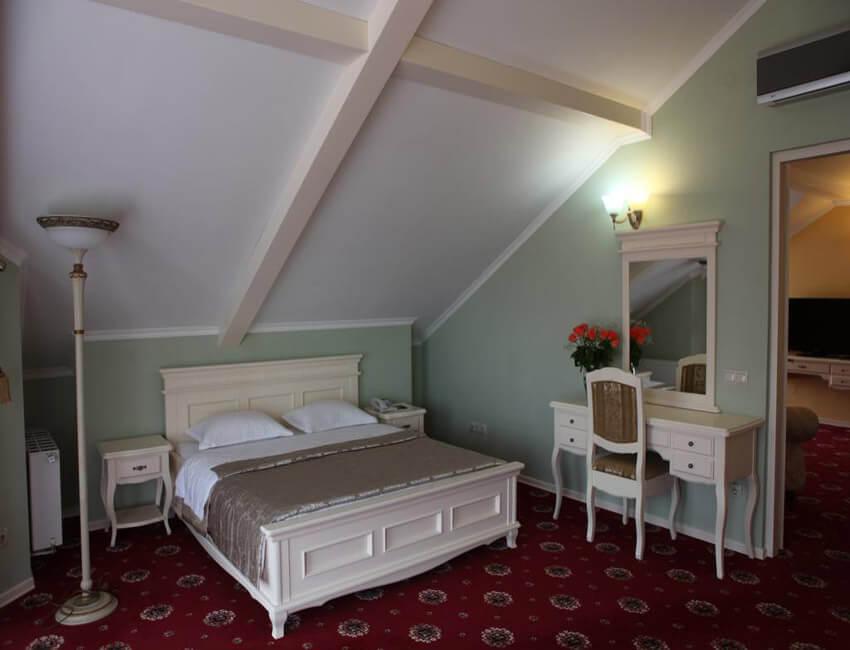 Отель Респект Сходница Фото - Номер апартаменты - Кровать.