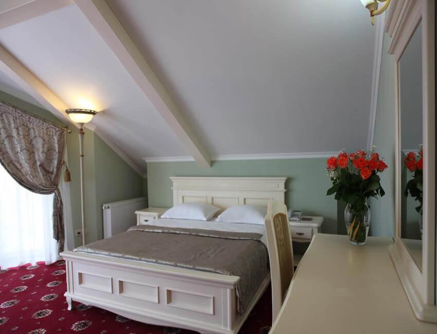 Отель Респект Сходница Фото - Номер апартаменты - Двуспальная кровать.
