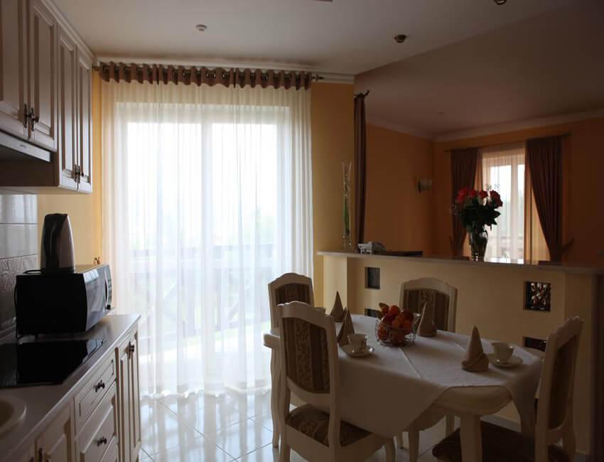Отель Респект Сходница Фото - Номер апартаменты - Стол.