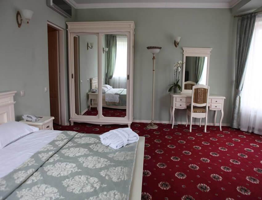 Отель Респект Сходница Фото - Номер апартаменты - Шкаф-купе.