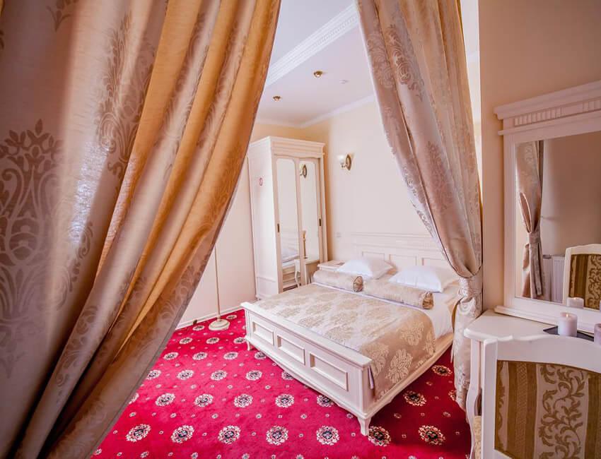 Отель Респект Сходница Фото - Номер апартаменты - Кровать в номере.
