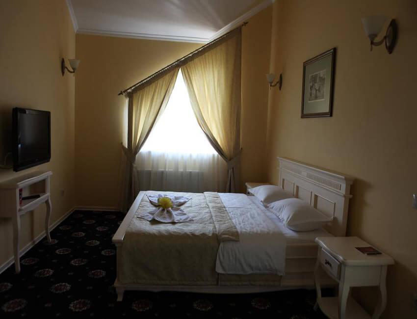 Отель Респект Сходница Фото - Номер люкс - Кровать.
