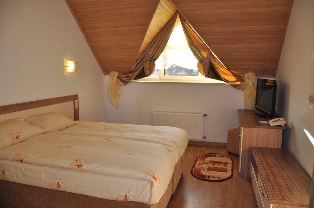 Отель Дианна Сходница Фото - Номер стандарт классик - двуспальная кровать.