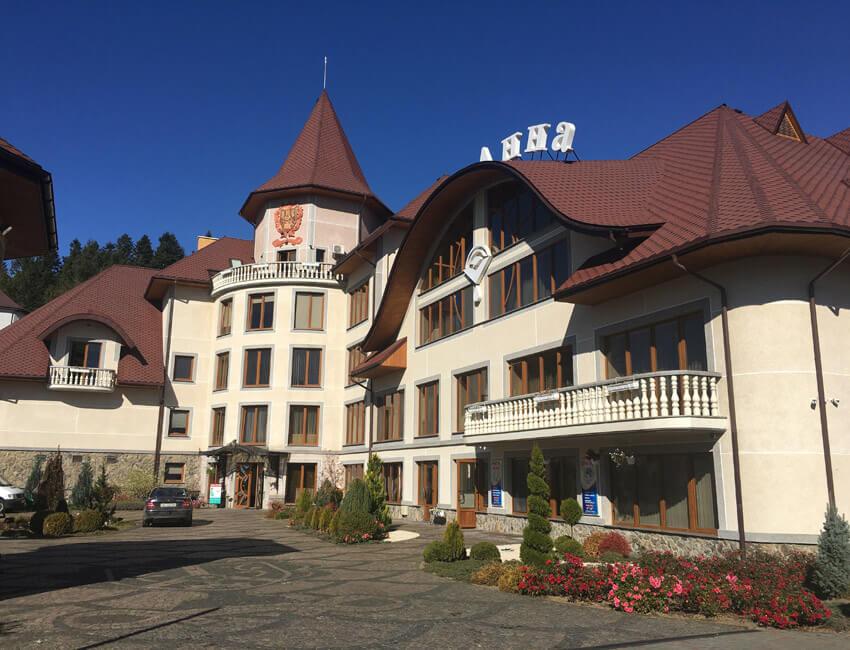 Отель Дианна Сходница Фото - Возле входа.