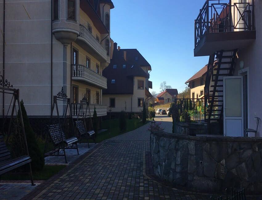 Отель Дианна Сходница Фото - на территории.
