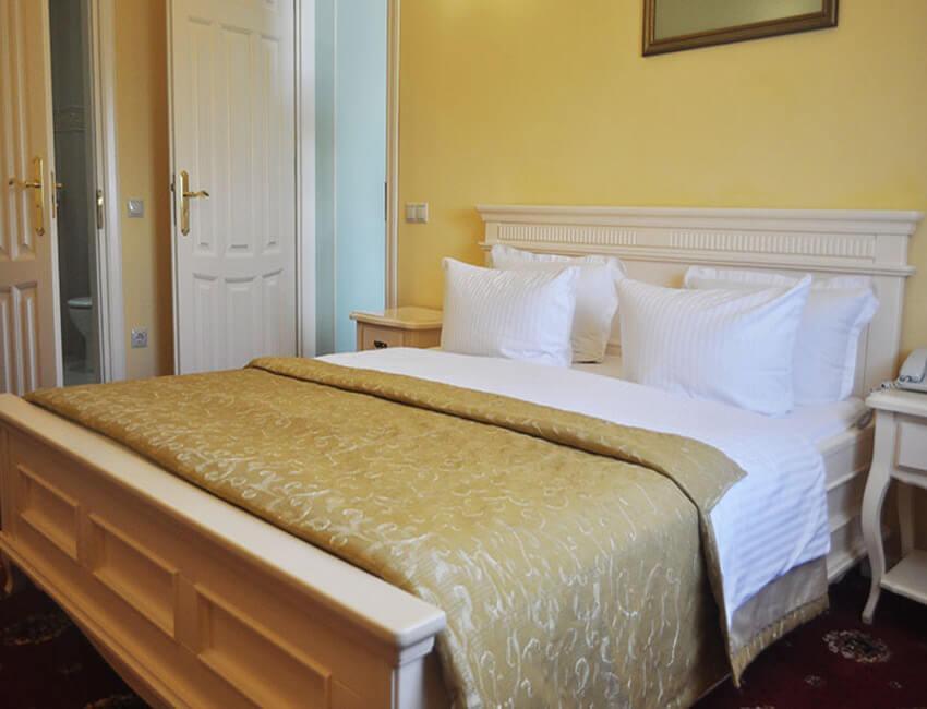 Отель Респект Сходница Фото - Номер люкс панорамный - Кровать.