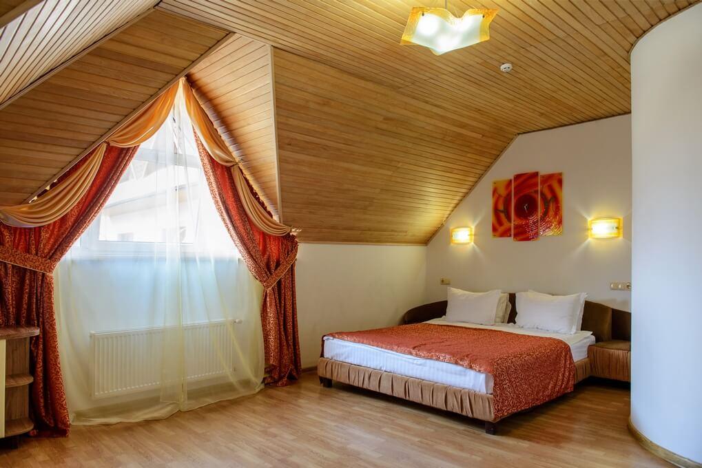 Отель Дианна Сходница Фото - Номер полулюкс junior - Кровать спальная.