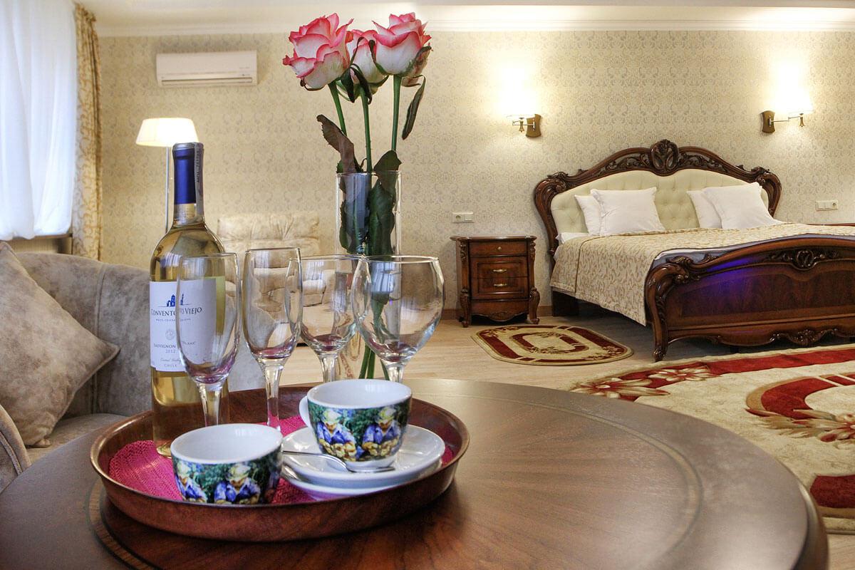 Отель Дианна Сходница Фото - Номер полулюкс супериор - Стол.