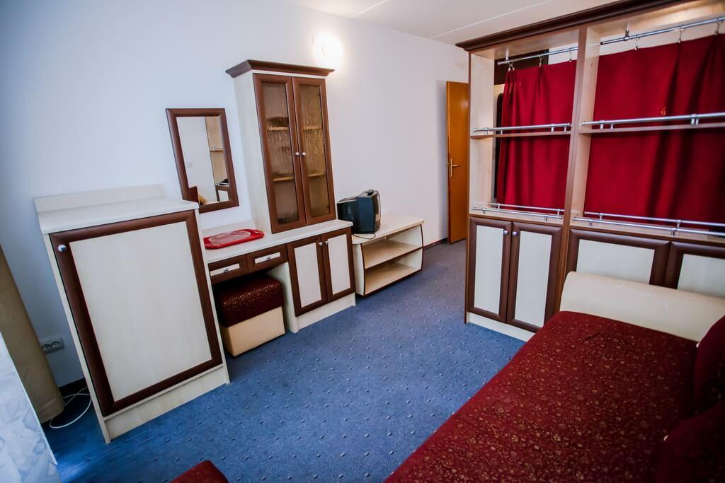Отель Бескид Номер - Двухместный Полулюкс - Мебель.