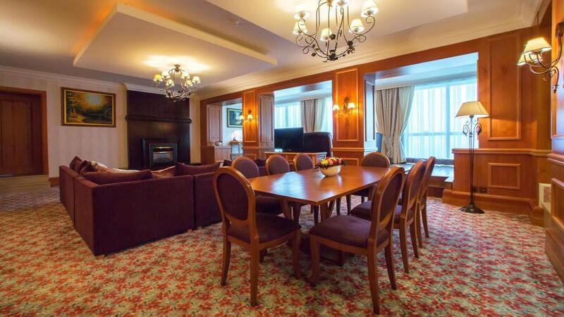 Риксос-Прикарпатье Фото - Номер апартаменты - Стол.