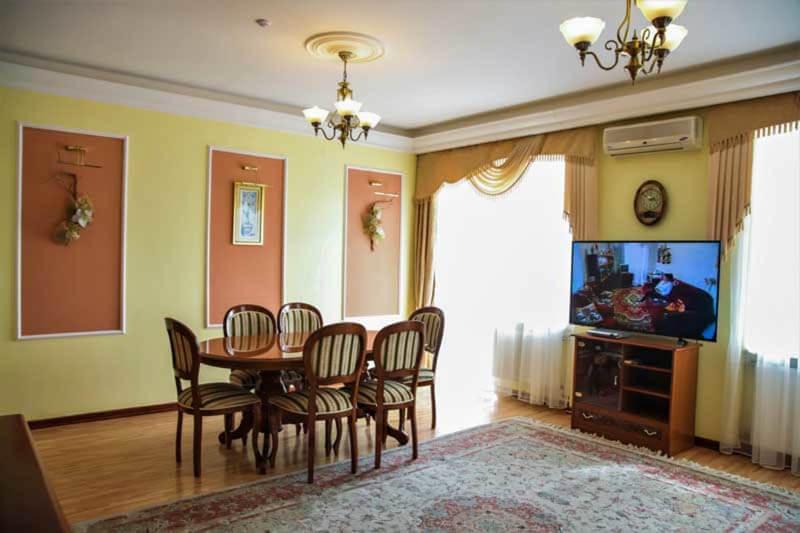 Жемчужина Прикарпатья Трускавец Номер - апартаменты - Обеденный стол.