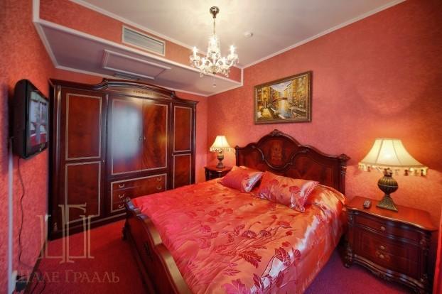 Шале Грааль Трускавец Номер - Comfort Apart - красная кровать.