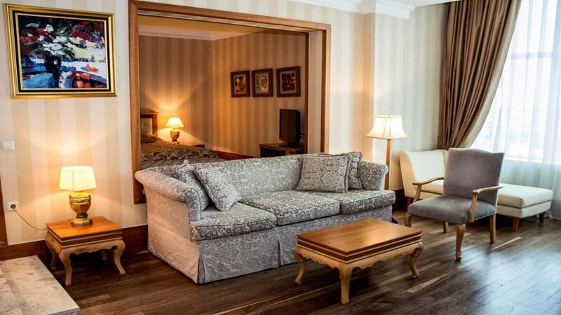 Риксос-Прикарпатье Фото - Номер люкс - Диван в номере.
