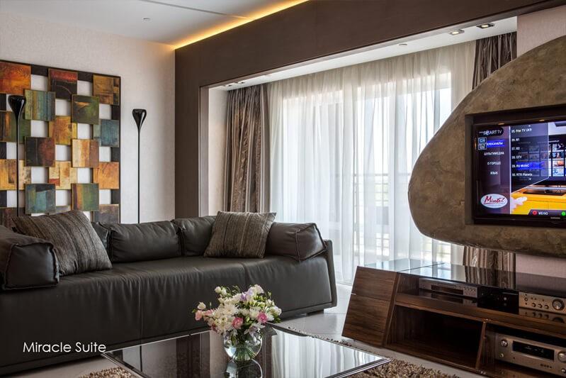 Миротель Трускавец Фото - Номер miracle suite - диван в гостиной.