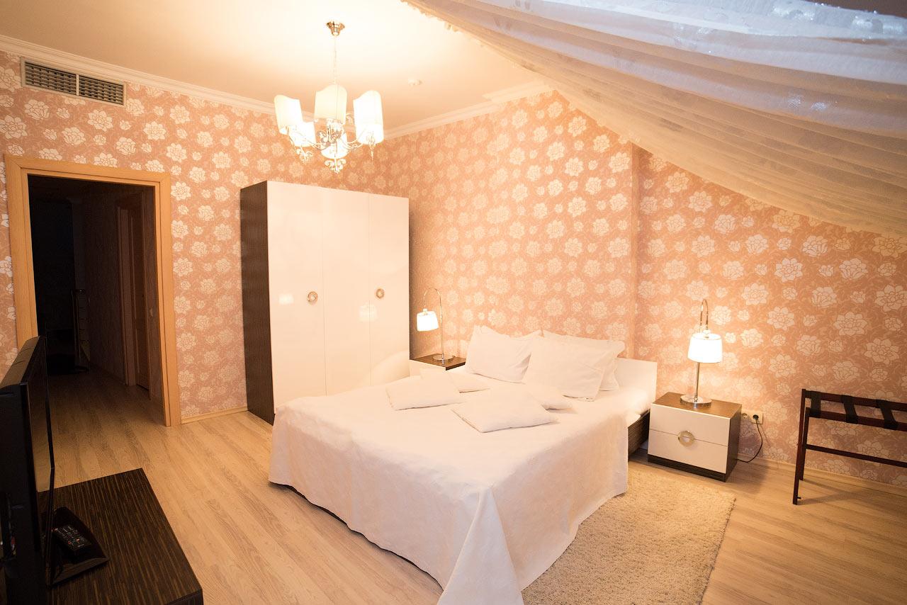 Шале Грааль Трускавец Номер - Queen Suite Apart - белая кровать.