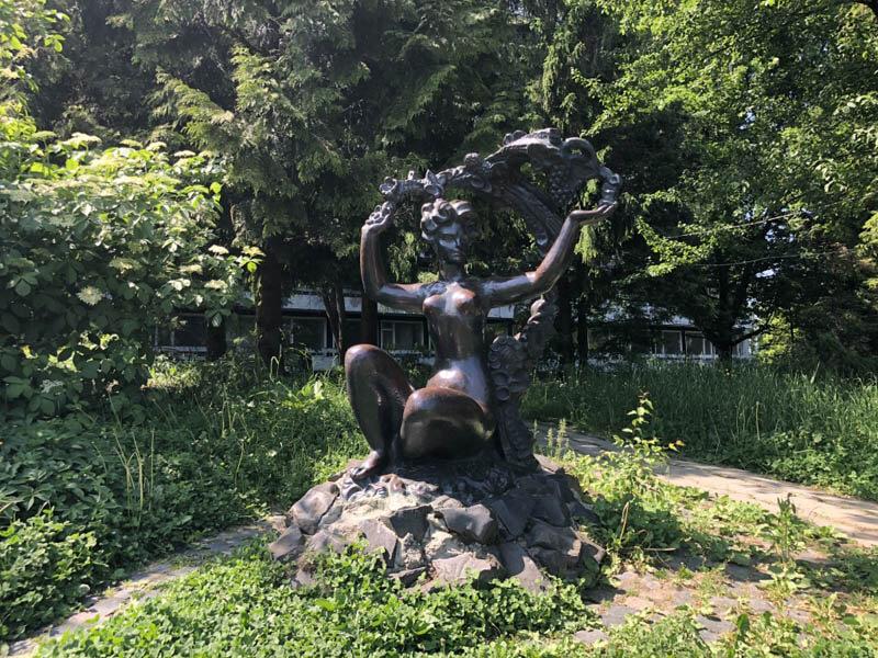 Санаторий Алмаз Трускавец Фото - Статуя.
