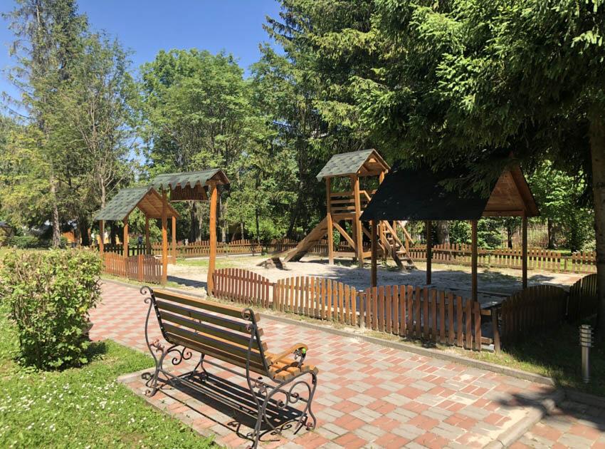 Санаторий Молдова Трускавец Фото - Детская площадка.
