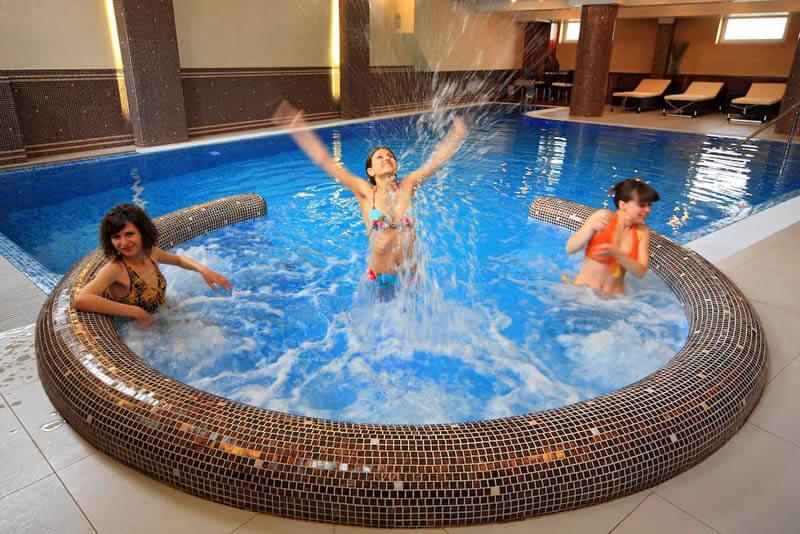 Шале Грааль Трускавец Фото - в бассейне.