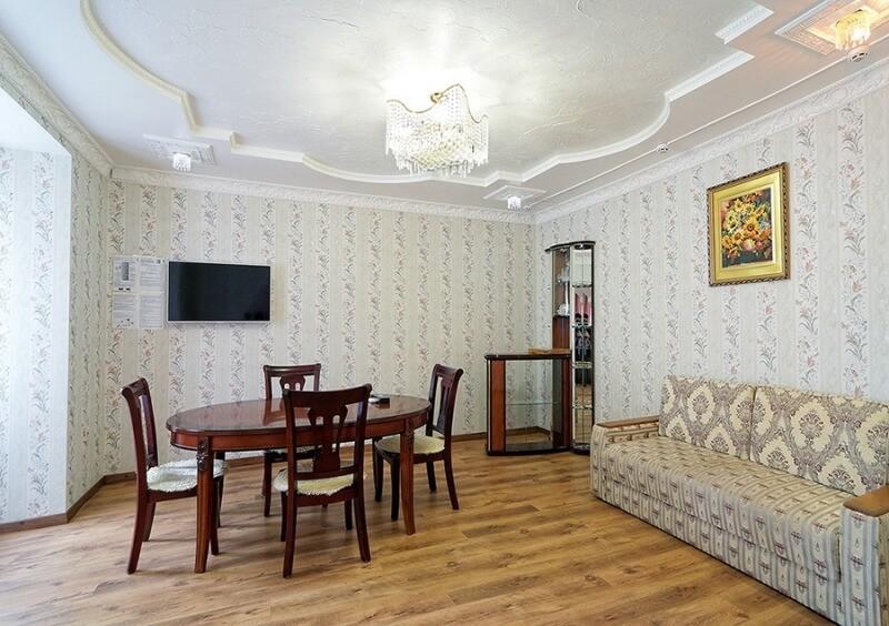Санаторий Виктор в Трускавце Номер - люкс трехкомнатный - Стол.