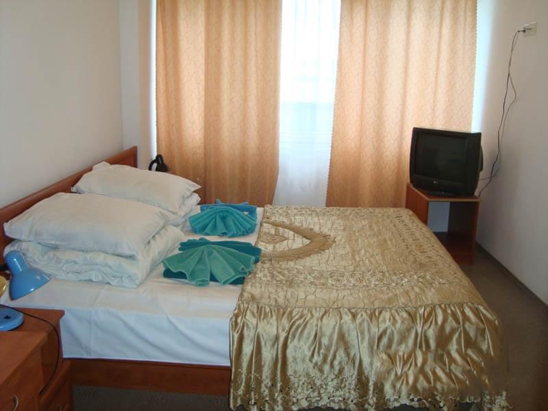 Санаторий Кристалл Трускавец Фото - номер двухкомнатный улучшенный - Кровать.