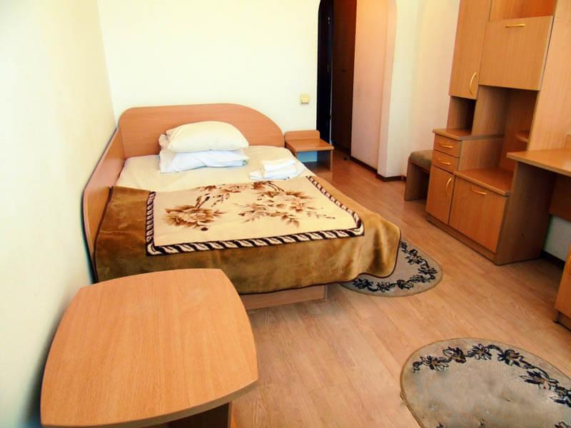 Санаторий Кристалл Трускавец Фото - номер однокомнатный улучшенный - Кровать.