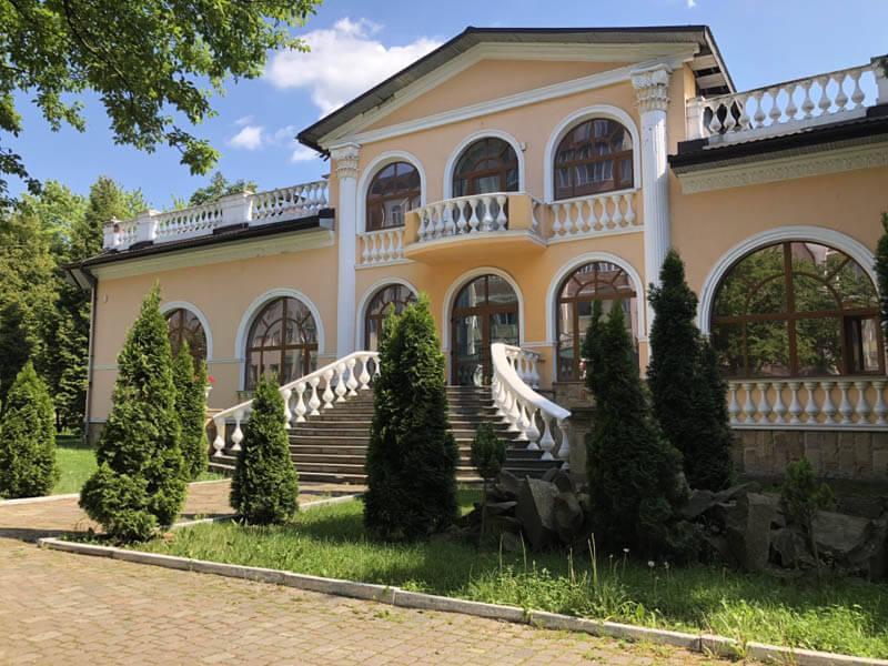Санаторий Женева Трускавец Фото - Возле Спа центра.