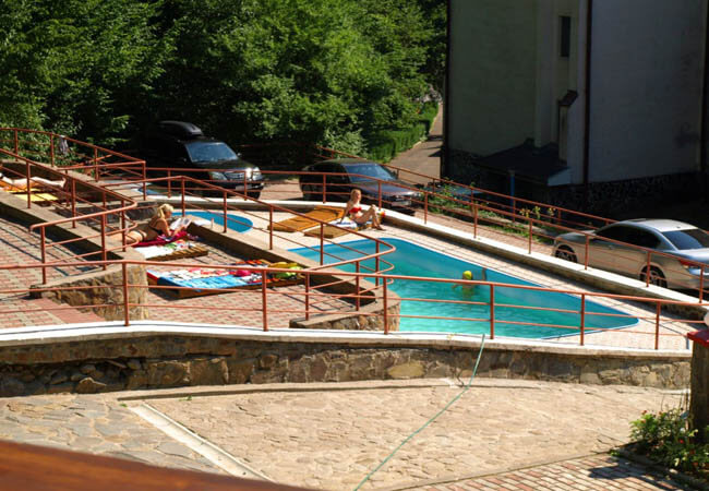 Санаторий Солнечный Фото - У басейна.