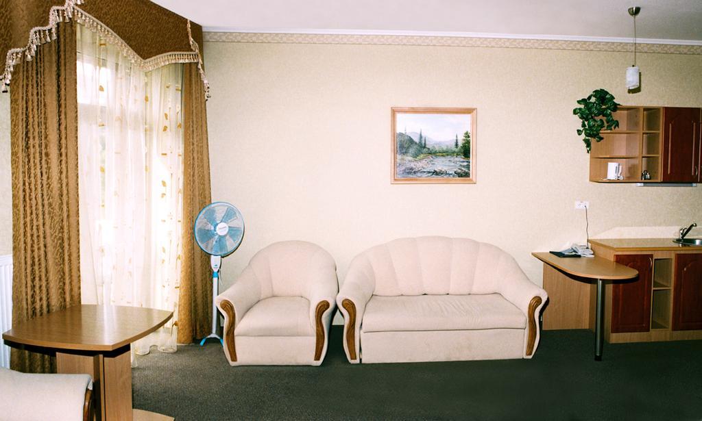 Отель Мариот Трускавец Номер - люкс - мебель.