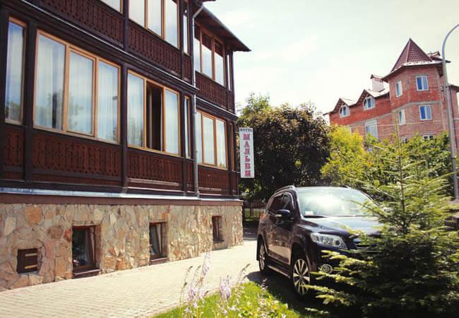 Отель Мальвы Трускавец Фото - парковка.