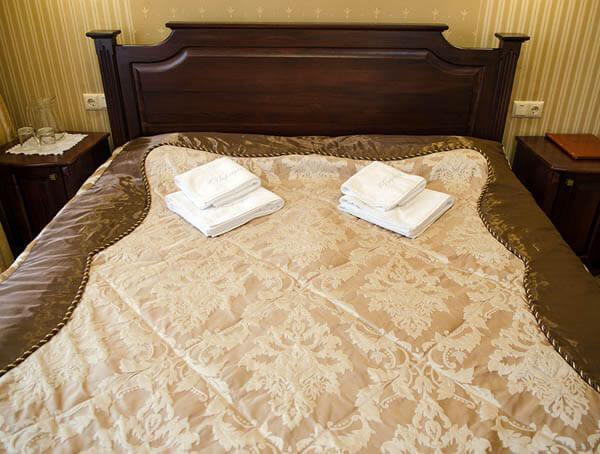 Отель Нафтуся номер люкс - двуспальная кровать.