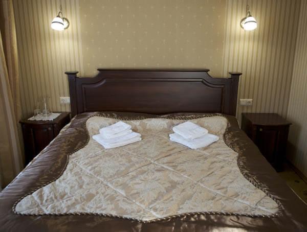Отель Нафтуся номер люкс - спальное место.