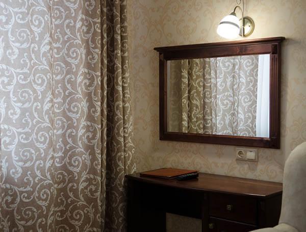 Отель Нафтуся номер полулюкс - зеркало.