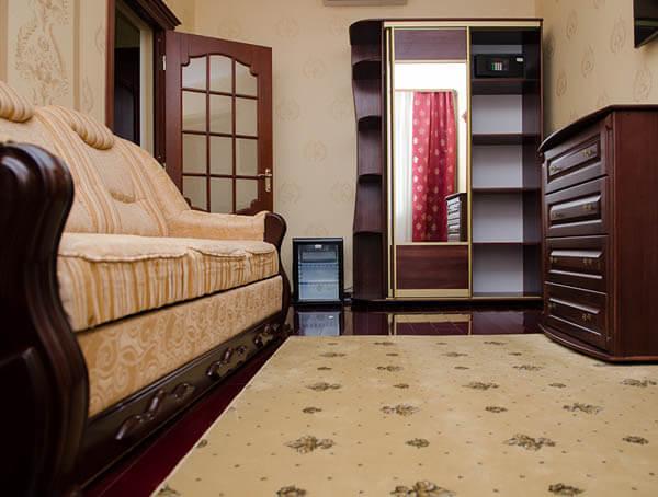 Отель Нафтуся номер супер люкс - в комнате.