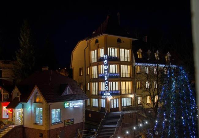 Отель Нафтуся Трускавец Фото - Отель ночью.